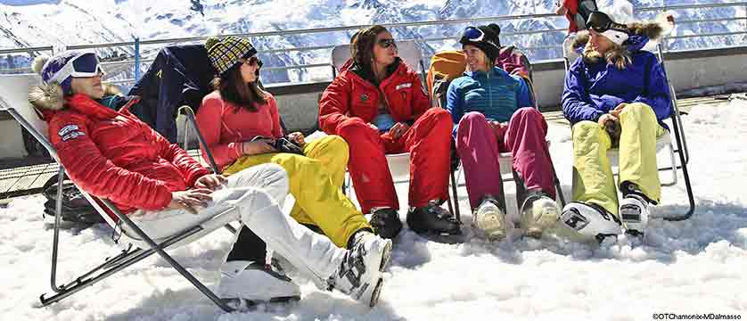 france_chamonix_skiers-relaxing-mont-blanc.jpg